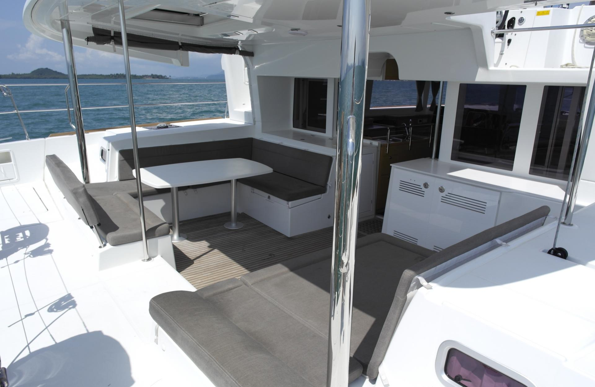 cat catamarano thai tailandia phiphi charter lagoon skipper holiday sea